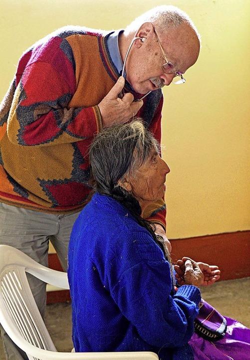 Internist  Michael Hug untersucht eine Frau bei einem seiner Besuche in Peru.    Foto: Verein