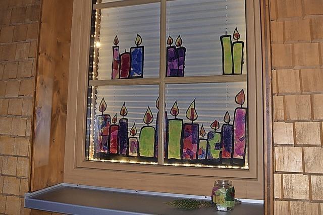 Lichtblick mit fantasievoll dekorierten Fenstern
