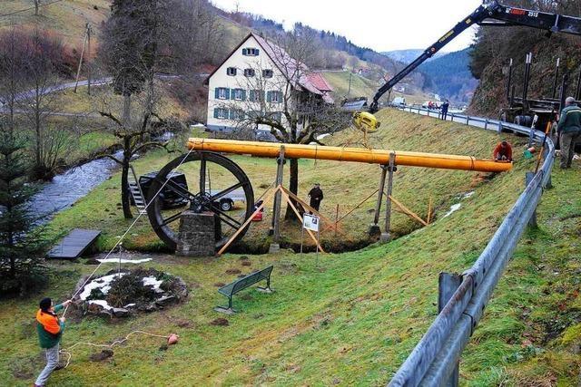 Drei rührige Rentner haben das Bürchauer Wasserrad wieder flott gemacht