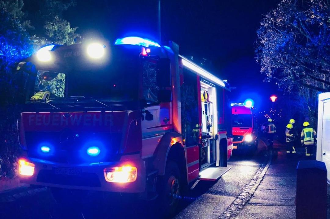 Einsatz an Heiligabend: Die Feuerwehr ...inem Emmendinger Wohngebiet bekämpfen.  | Foto: Gerhard Walser