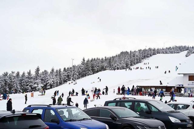 Ansturm auf den verschneiten Schwarzwald – Verkehrschaos auf B500