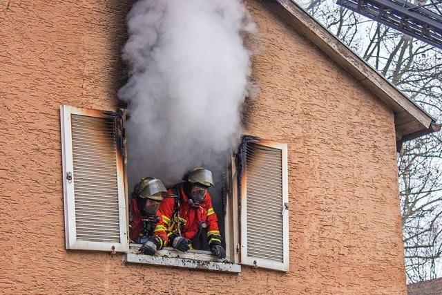 73-jähriger Mann rettet sich mit Sprung aus brennender Wohnung