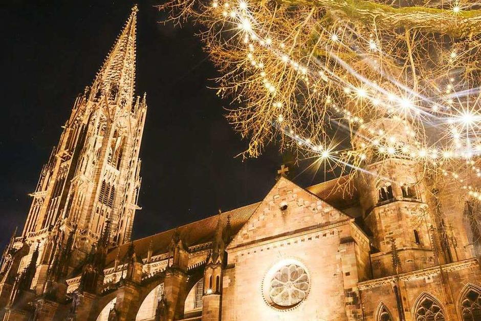 Festliche Weihnachtsbeleuchtung und verlassene Straßen – Freiburg an den Weihnachtstagen im Lockdown. (Foto: David Lohmueller)