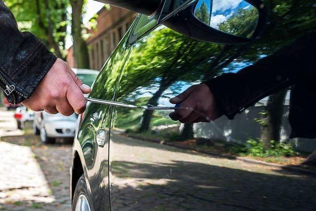 Unbekannter zerkratzt in Freiburg-Weingarten mindestens zwölf Autos