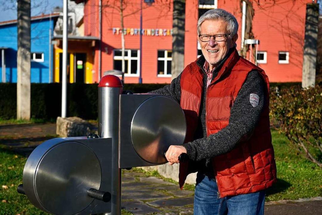 Harald Seywald vom Bürgerverein an einem Fitnessgerät.  | Foto: Thomas Kunz