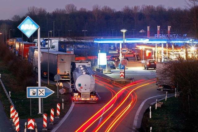 BMW auf der Autobahn abgestellt und zu Fuß über die Nordfahrbahn geflohen