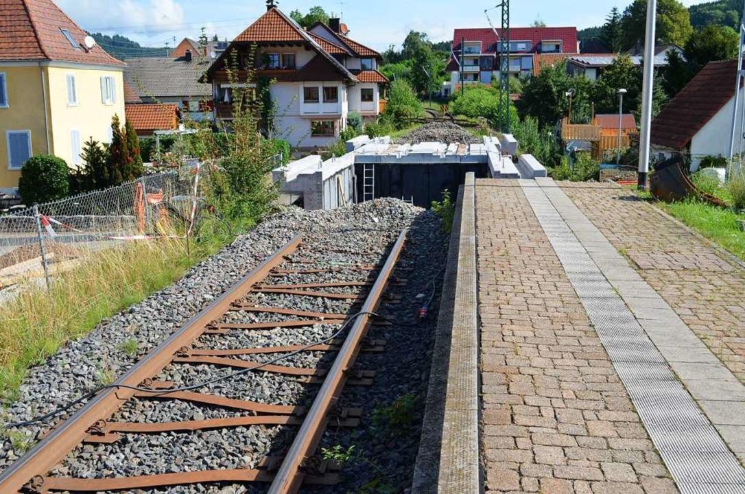 Die Überführung in Bleibach-Ortsmitte ...hen, der Schienenverlauf unterbrochen.  | Foto: Nikolaus Bayer
