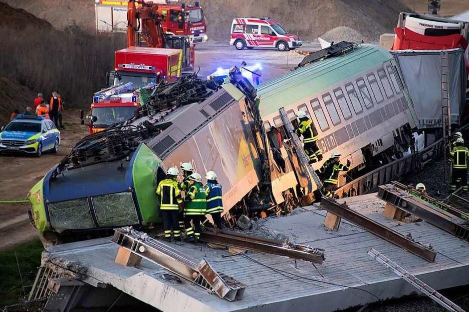 Ein herabstürzendes Brückenteil sorgt am 2. April für ein tragisches Zugunglück in Auggen. Der Lokführer eines Lkw-Transportzuges wird dabei getötet. Die mitreisenden Brummifahrer kommen großteils mit dem Schrecken davon. (Foto: Volker Münch)