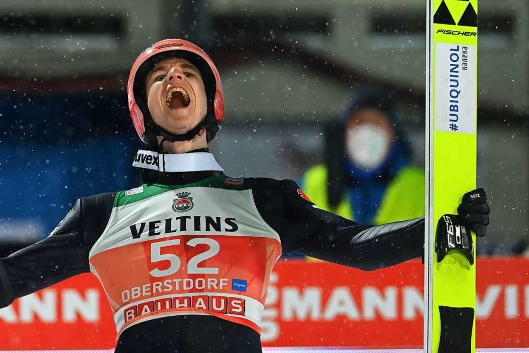 Karl Geiger in dem Moment, in dem  sein Erfolg Gewissheit wird  | Foto: CHRISTOF STACHE (AFP)