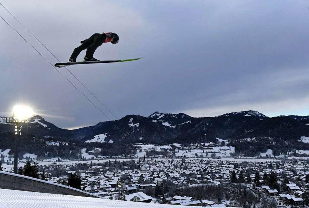 Über den Dächern von Oberstdorf: der Zweitplatzierte Kamil Stoch  | Foto: CHRISTOF STACHE (AFP)