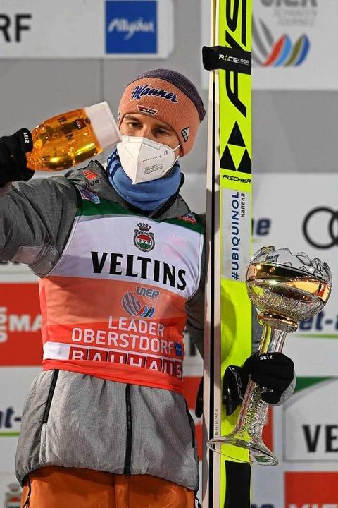 Karl Geiger bei der Siegerehrung  | Foto: CHRISTOF STACHE (AFP)