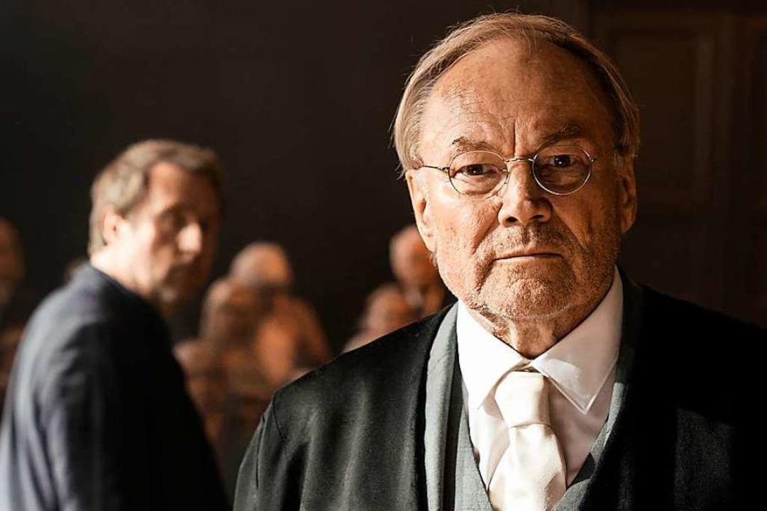 Klaus Maria Brandauer (vorne) spielt d...nks: Bjarne Mädel als Kommissar Nadler  | Foto: Stephan Rabold (WDR) Degeto/Moovie GmbH