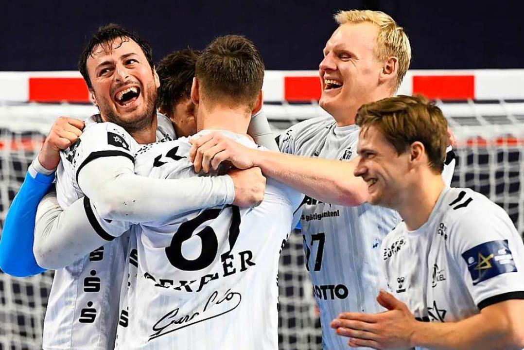 Spieler des THW Kiel bejubeln den Gewinn der Champions League.  | Foto: INA FASSBENDER (AFP)