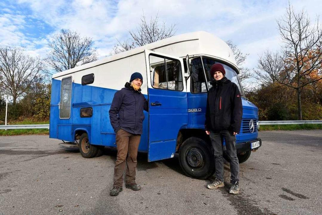 """Zwei Sprecher der Gruppe """"Radlag...es mit einer ihrer rollenden Wohnungen    Foto: Thomas Kunz"""