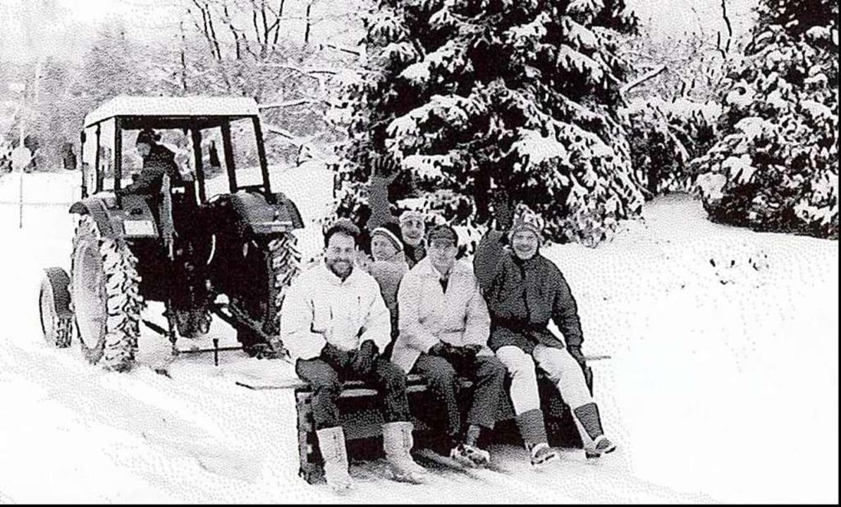 Streckendienst im Schnee: Der Silvesterlauf trotzte bislang jedem Wetter.  | Foto: Herbert Hebeck