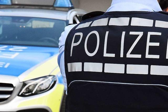 Verlorene Ladung verursacht auf B 3 bei Denzlingen Unfall mit zwei verletzten Polizisten