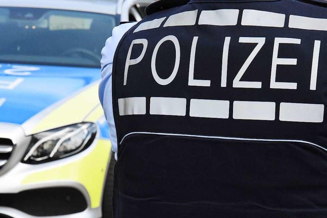 Zwei Beamte verletzten sich im Einsatz auf der Bundesstraße.    Foto: Kathrin Ganter