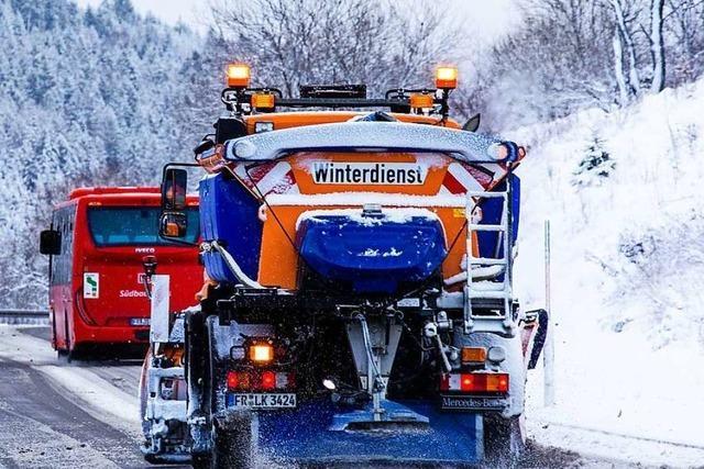 Schneepflug stößt mit Mercedes zusammen