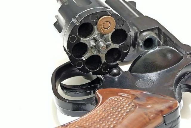 Rheinfelder schießt sich beim Putzen eines Revolvers in die Hand