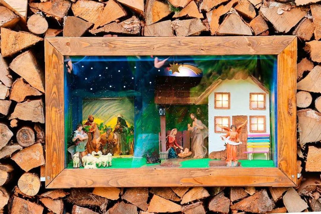 Die Krippe im Holzstapel    Foto: Theodor Weber