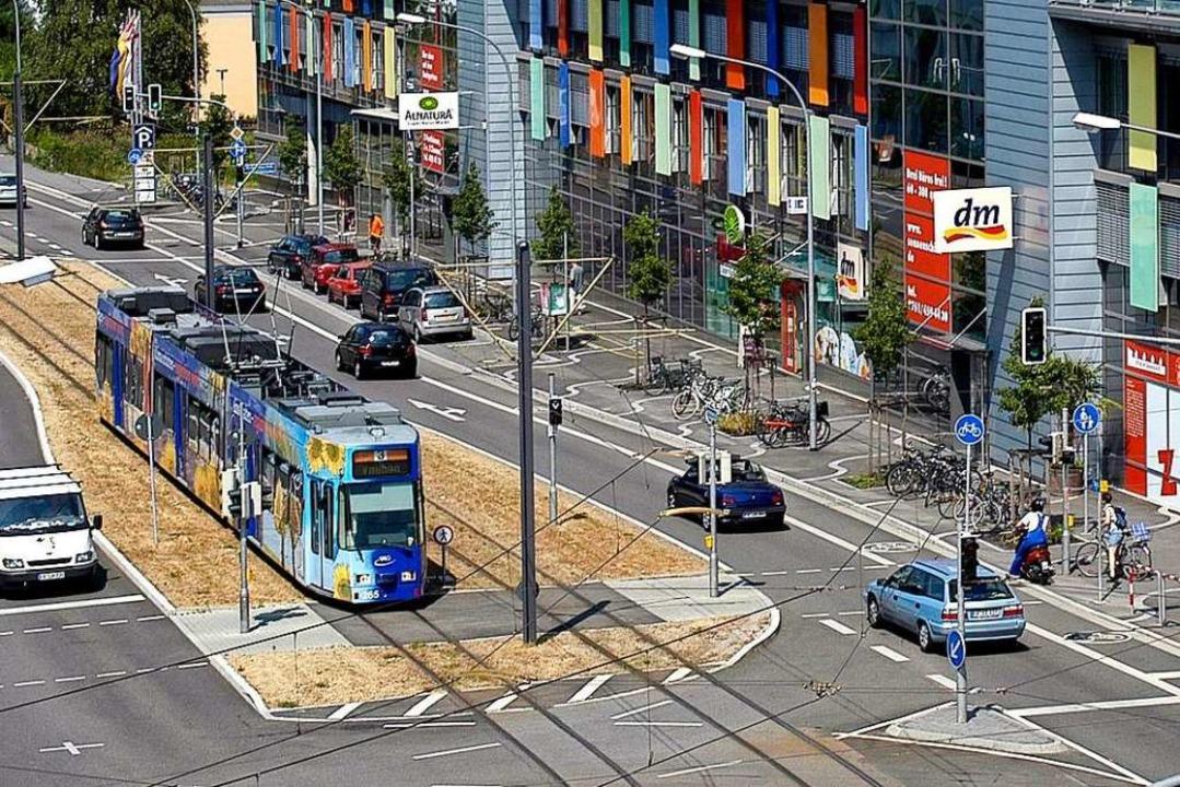 Eine Straßenbahn vor dem Freiburger Stadtteil Vauban  | Foto: Ingo Schneider