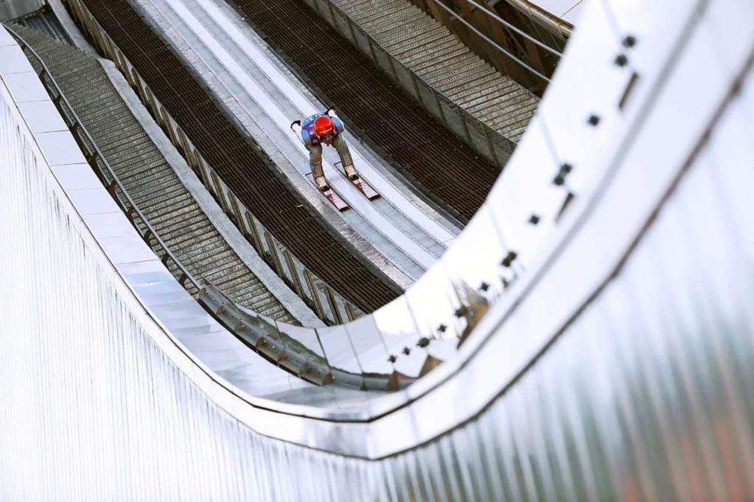 Auf der Olympiaschanze von Garmisch-Pa...möglichst weiten Flügen ins neue Jahr.    Foto: Daniel Karmann