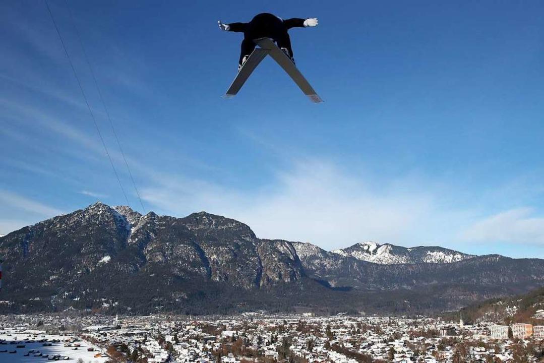 Makelloses Alpenpanorama über Garmisch-Partenkirchen  | Foto: Daniel Karmann (dpa)