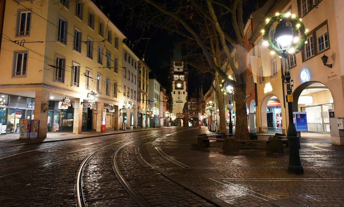 Um Mitternacht war die Innenstadt menschenleer und böllerfrei.    Foto: Rita Eggstein