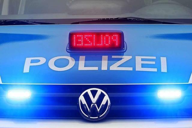 Beschädigter BMW steht in Bad Säckingen mitten auf der B 34