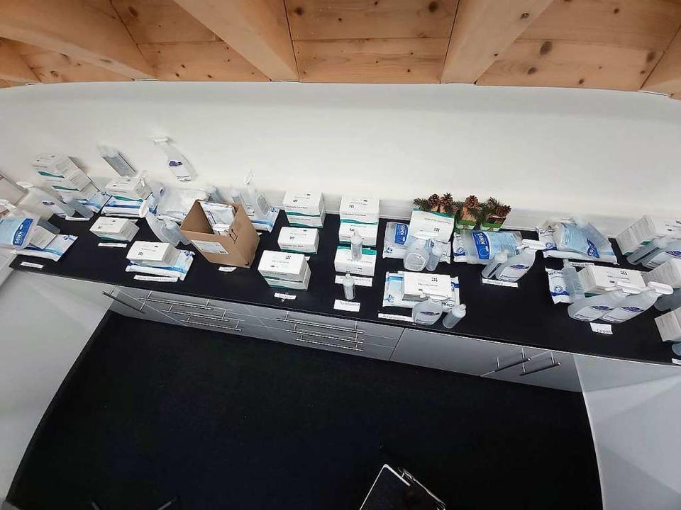 Für jeden Aufgabenbereich im Skistadio...gieneartikel sortiert bereitgestellt.     Foto: Peter Stellmach