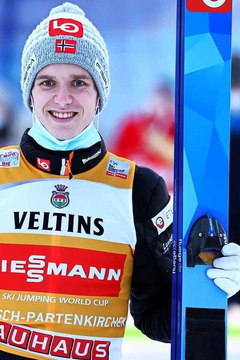 Halvor Egner Granerud (Norwegen) führt nun in der Gesamtwertung.  | Foto: Daniel Karmann (dpa)