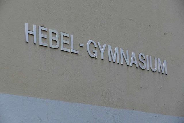 Brandstiftung: Feuerwehr löscht brennenden Container beim Hebel-Gymnasium