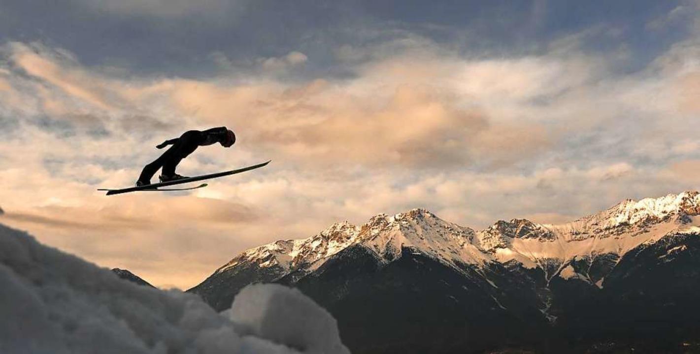 Karl Geiger vor dem Alpenpanorama von Innsbruck  | Foto: CHRISTOF STACHE (AFP)
