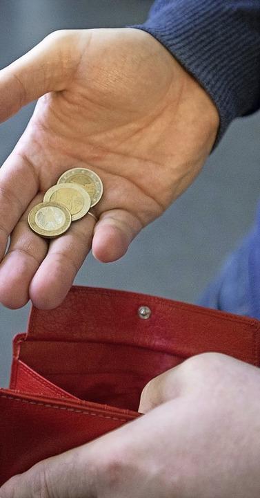 Manchen Menschen kann schon mit kleinen Beträgen geholfen werden.  | Foto: Friso Gentsch (dpa)