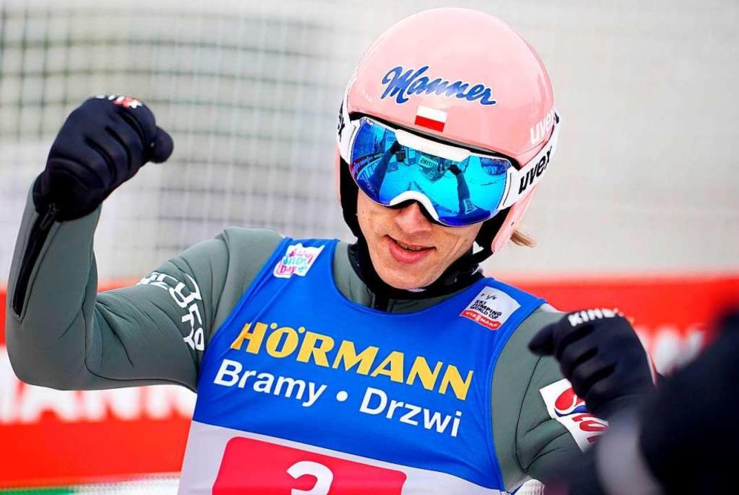 Dawid Kubacki aus Polen schiebt sich a...von Innsbruck auf Gesamtrang zwei vor.  | Foto: GEORG HOCHMUTH (AFP)