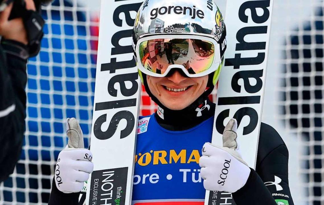Anze Lanisek, der Zweite von Innsbruck, kann sich noch so richtig freuen.  | Foto: CHRISTOF STACHE (AFP)