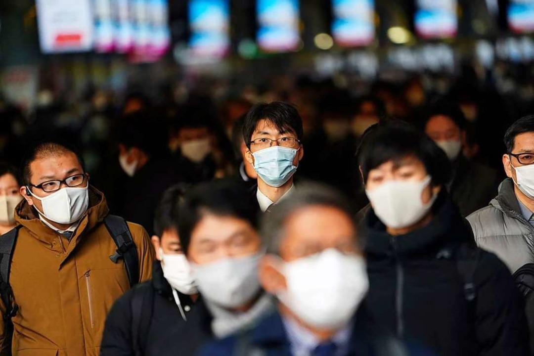 Im Maskentragen haben die Japaner reic... Mund- und Nasenschutz auf die Straße.  | Foto: Eugene Hoshiko (dpa)