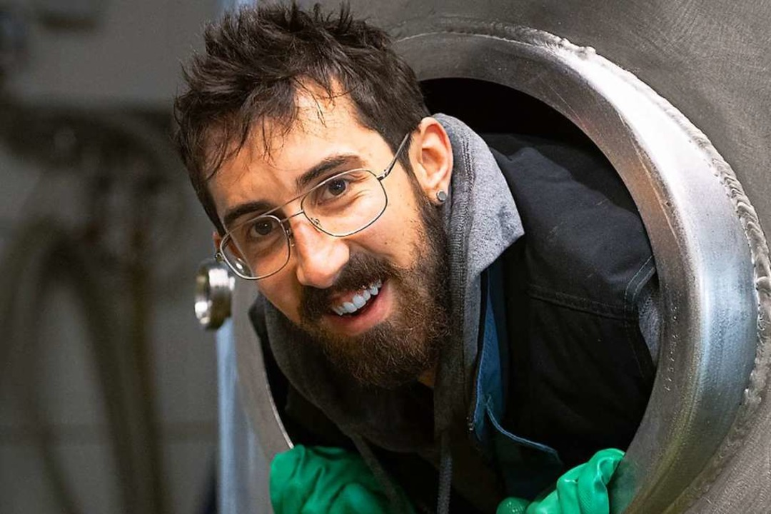 Kammersieger  Felix Babok beim Reinigen eines Biertanks in der Brauerei Rogg.  | Foto: Wolfgang Scheu