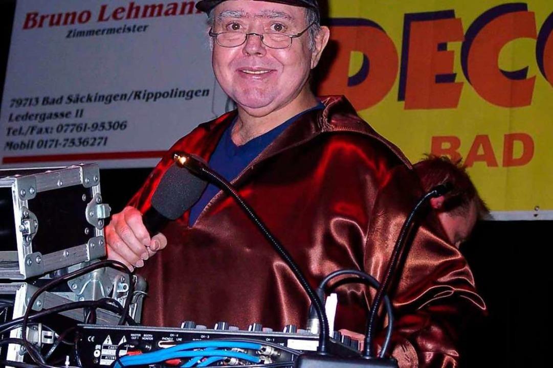 Gusty Hufschmid hinter seinem Plattenteller.  | Foto: Hildegard Siebold