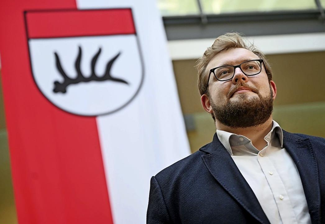 Alex Maier vor dem Göppinger Stadtwappen   | Foto: Marijan Murat (dpa)