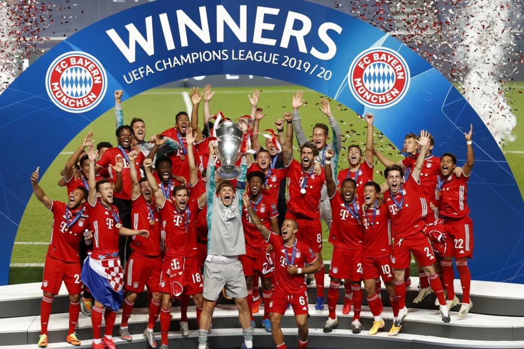 Der FC Bayern München macht das Triple...lar einer der Sportmomente des Jahres.  | Foto: Matthew Childs (dpa)