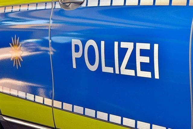 Werkhofmitarbeiter finden festgefahrenes Auto auf einem Spielplatz in Lörrach
