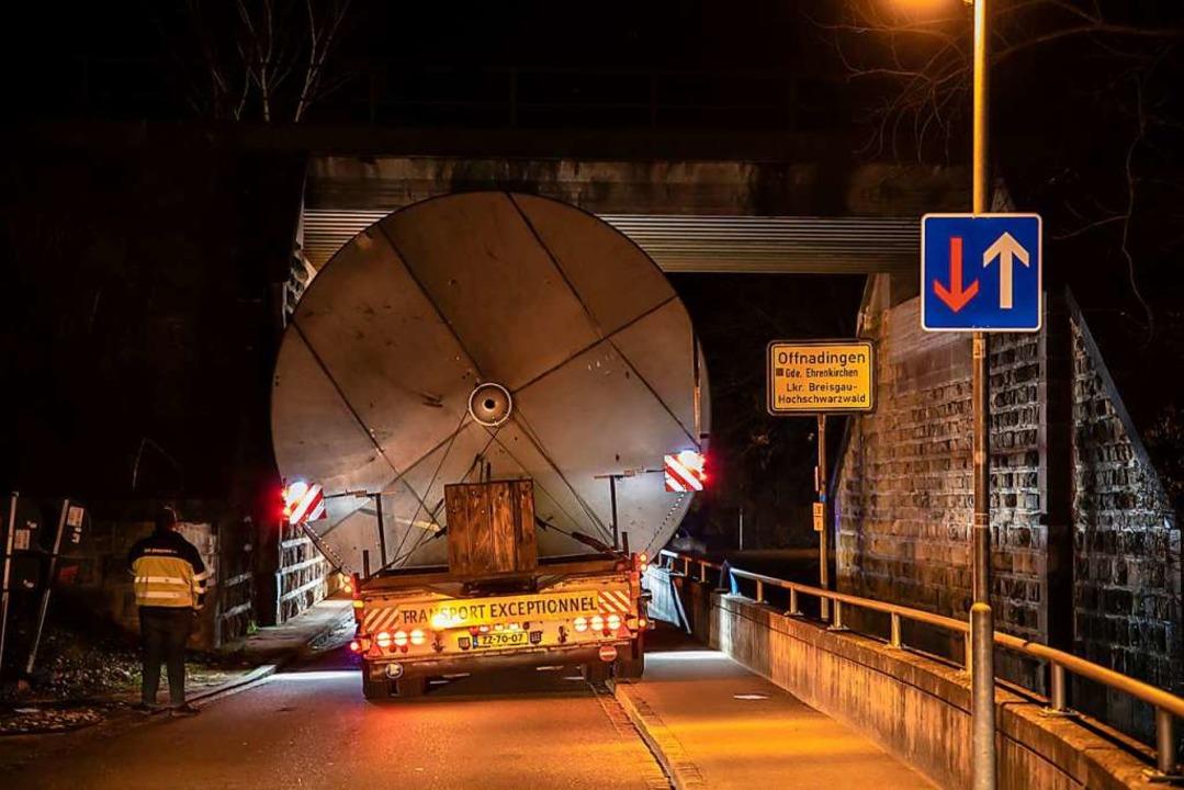 Eng wird es unter der Bahnbrücke in Of...n Schwertransporter mit den Weintanks.  | Foto: Hubert Gemmert