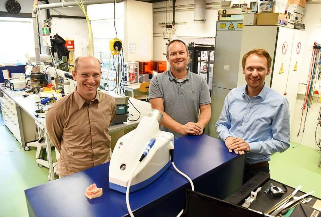 Loïc Ledernez, Markus Altenburger und ... Labor vor dem Prototyp ihres Gerätes.  | Foto: Rita Eggstein