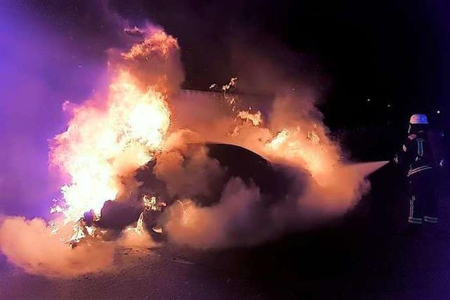 Oberklasselimousine geht in Flammen auf – Polizei vermutet Brandstiftung