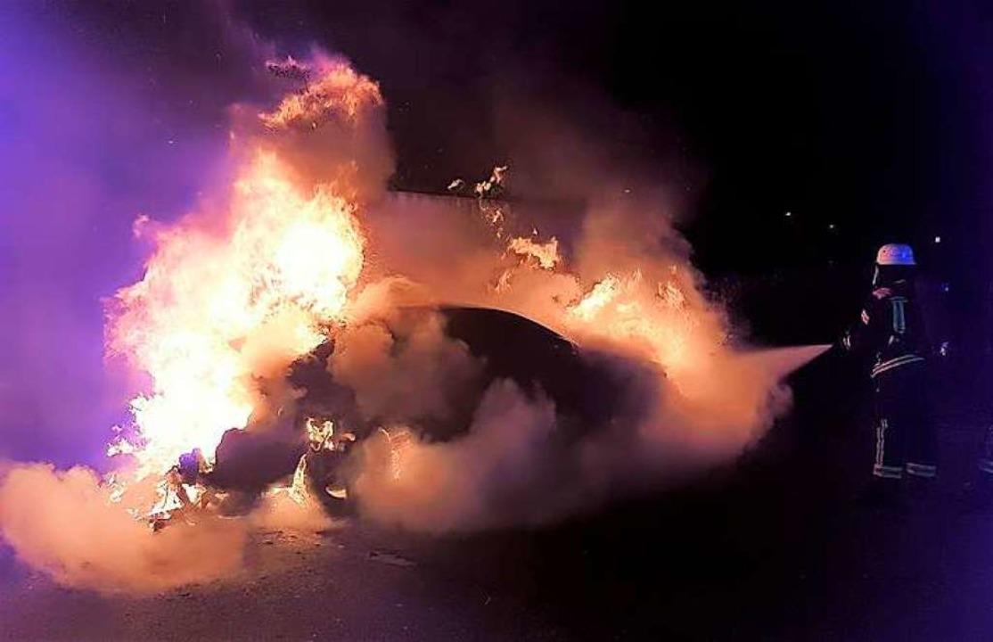 In der Burdastraße ging ein Audi A8 in Flammen auf.    Foto: Feuerwehr Offenburg
