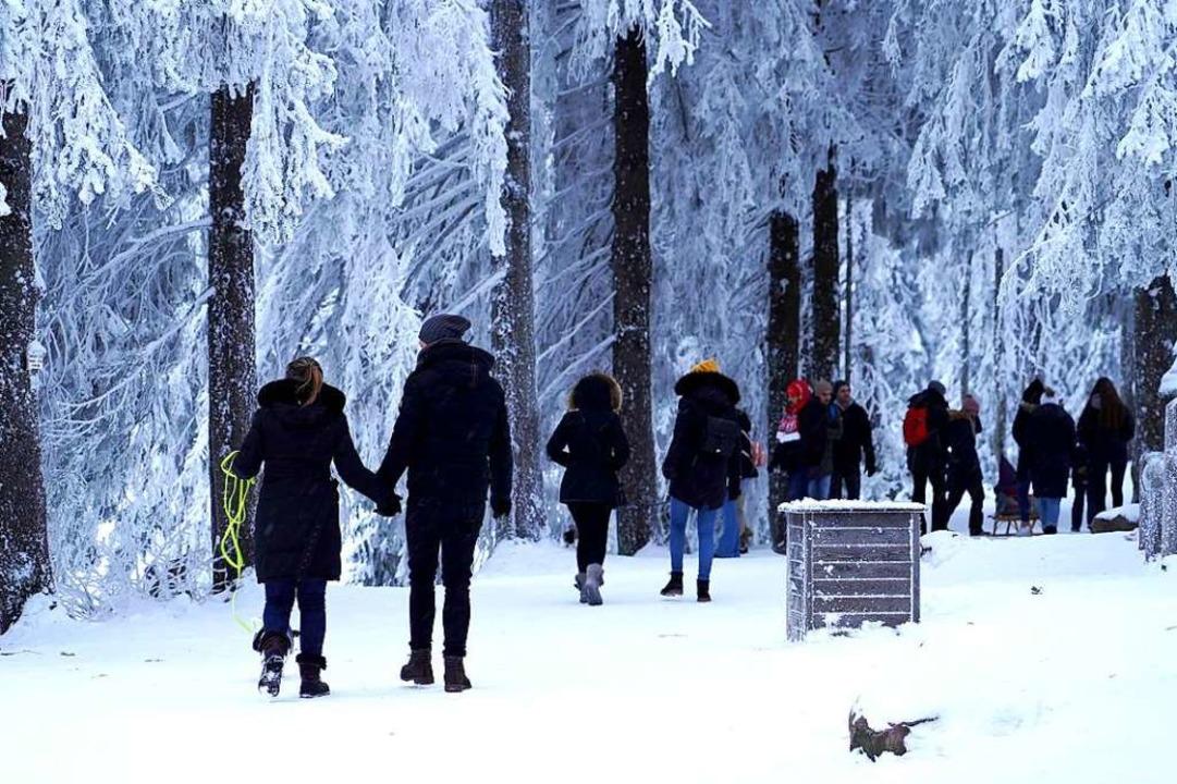 Spaziergänger am Mummelsee    Foto: Benedikt Spether (dpa)
