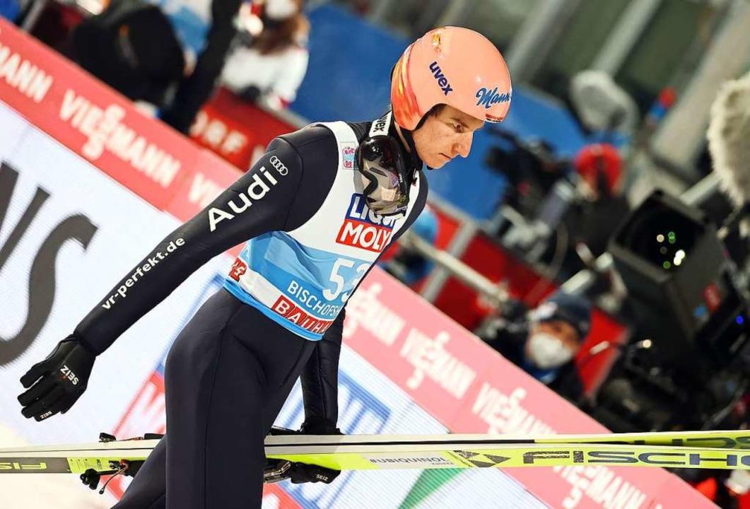 Nach seinem Sprung auf 123,5 Meter ist Karl Geiger schon wieder geknickt.  | Foto: Daniel Karmann (dpa)