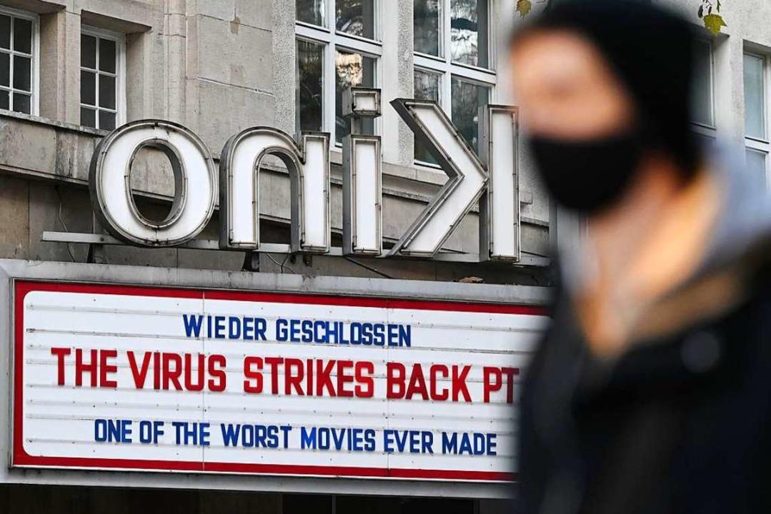 Ein Kino in Stuttgart verweist Ende Dezember auf den neuerlichen Lockdown.  | Foto: Marijan Murat (dpa)