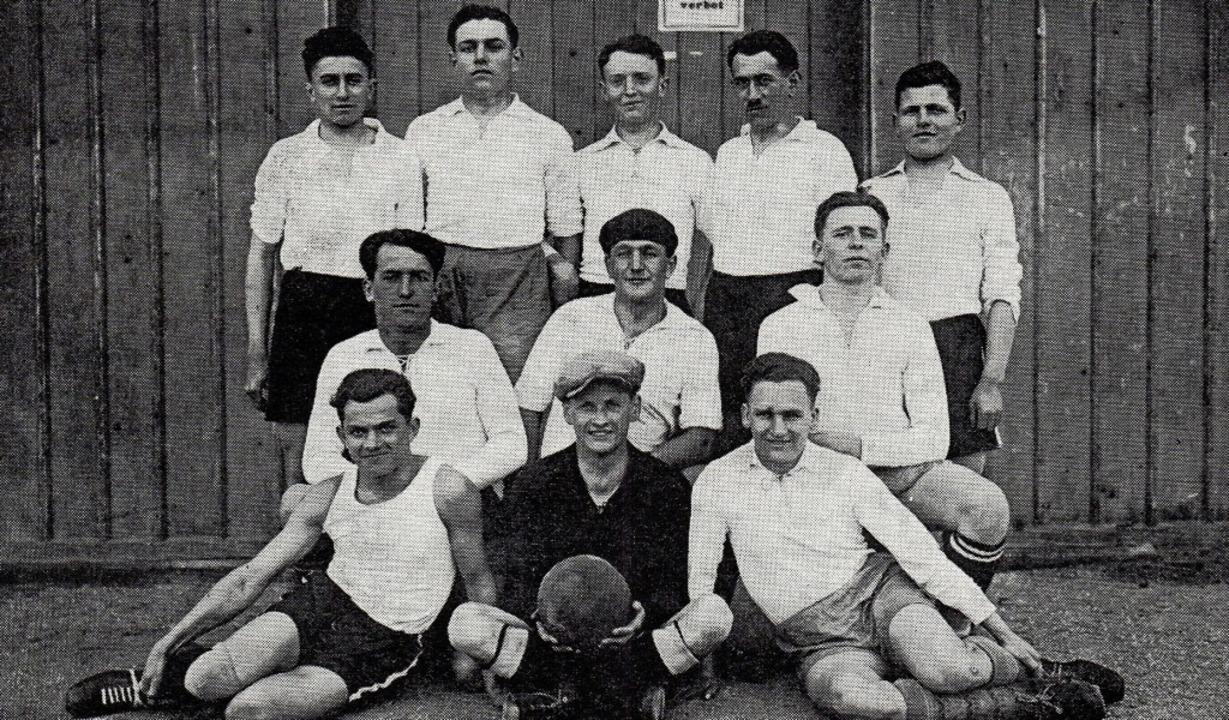 Elf Freunde sollt ihr sein: Die Mannschaft des FC Simonswald aus dem Jahr 1932.   | Foto: Hans-Jürgen Wehrle